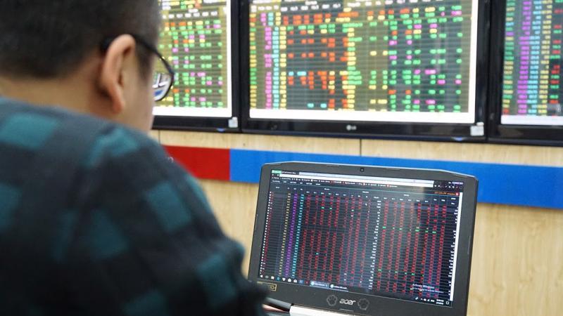 Với quy mô vốn hóa lọt vào top 10 trên HOSE, TCB trở thành cổ phiếu có ảnh hưởng lớn tới chỉ số VN-Index. Đây cũng là điều mà nhà đầu tư e ngại nếu TCB tiếp tục giảm mạnh và níu kéo chỉ số chung - Ảnh: Quang Phúc.