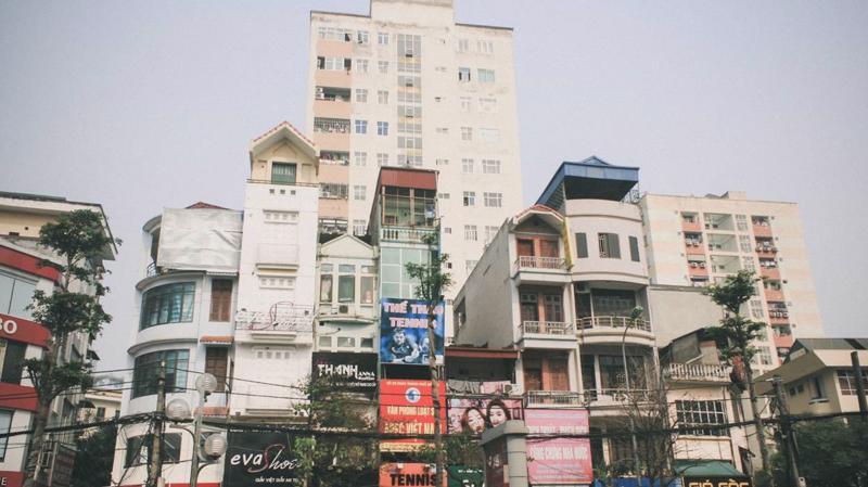 Ông Khương Văn Mười, Phó chủ tịch Hội Kiến trúc sư Việt Nam nhận xét, không phải nhà cao tầng, mà nhà ống dày đặc, sử dụng nhiều đất đai mới chính là một trong những nguyên nhân chính của trục trặc ở các đô thị lớn tại Việt Nam - Ảnh: Xây Dựng.