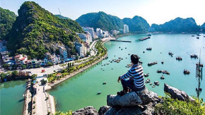 Theo UBND huyện Cát Hải, 5 tháng đầu năm, khách du lịch đến đảo Cát Bà đạt 935.000 lượt, tăng 60% so với cùng kỳ; trong đó khách quốc tế đạt 314.000 lượt - Ảnh: Lữ Hành Việt.
