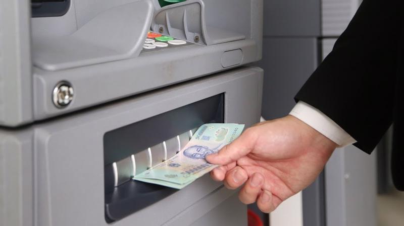 Việc linh hoạt thay đổi hạn mức rút tiền qua thẻ theo các thời điểm trong ngày nhằm giảm thiểu rủi ro nếu xẩy ra - Ảnh: Quang Phúc.