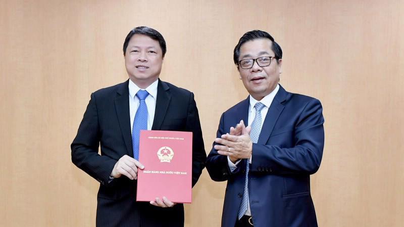 Phó thống đốc Nguyễn Kim Anh trao quyết định giao nhiệm vụ cho ông Nguyễn Văn Du (bên trái).
