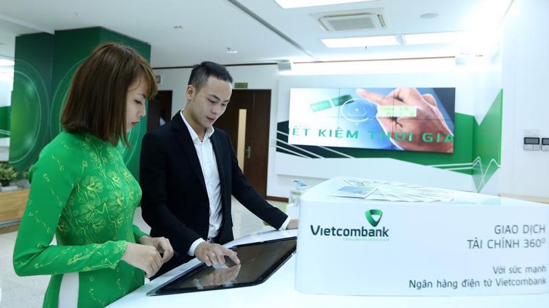Đại diện lãnh đạo Vietcombank cho rằng, việc Ngân hàng Nhà nước không nới chỉ tiêu tăng trưởng tín dụng nửa cuối năm nay là cơ hội để ngân hàng tập trung hơn trong yêu cầu đẩy mạnh phát triển các hoạt động dịch vụ - Ảnh: Quang Phúc.
