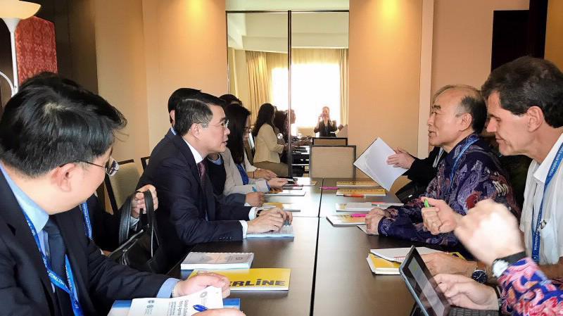 Thống đốc Ngân hàng Nhà nước Việt Nam Lê Minh Hưng tiếp ông Mitsuhiro Furusawa - Phó tổng giám đốc Quỹ Tiền tệ Quốc tế (IMF), bên lề hội nghị - Ảnh: SBV.