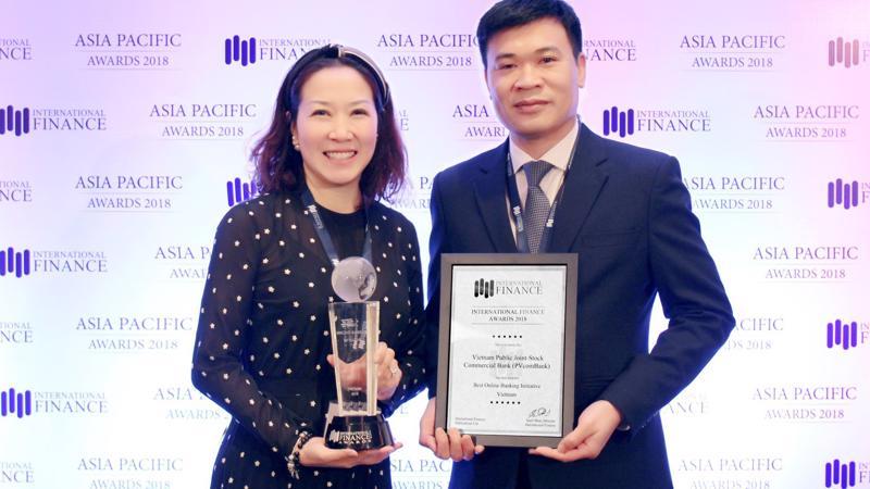 Đại diện PVcomBank nhận giải thưởng từ IFM.
