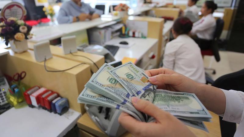 Với diễn biến này và trước cung ngoại tệ thuận lợi, nhiều khả năng Ngân hàng Nhà nước sẽ tiếp tục nối dài hoạt động mua ròng ngoại tệ để gia tăng dự trữ ngoại hối. Hoạt động này cũng tạo cung VND ở mùa cao điểm thanh toán, chi trả trong năm - Ảnh: Quang Phúc.