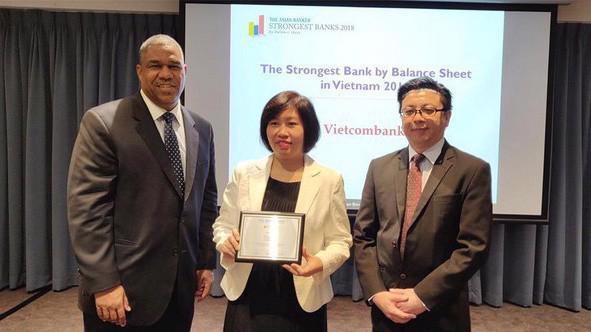 Đại diện Vietcombank nhận giải thưởng từ TAB.