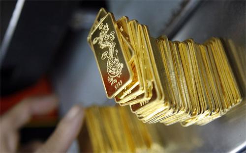 """Ngày 28/3, phiên đấu thầu vàng miếng đầu tiên được tổ chức. Từ đó  đến nay, tín phiếu đã không còn được trọng dụng, mà Ngân hàng Nhà nước  đã có """"viên phấn"""" khác là vàng để thấm bớt vốn."""