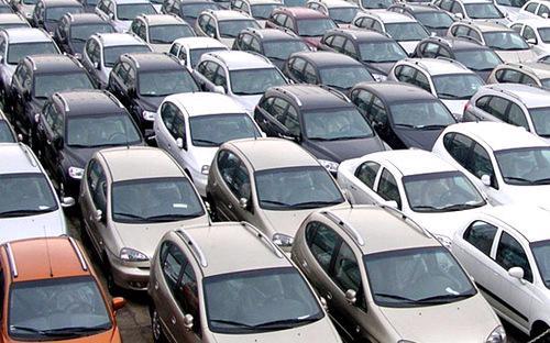 """Những ngày cuối năm 2012, thị trường ôtô đã <a href=""""http://vneconomy.vn/2012122503427164P0C23/bo-phi-han-che-giam-phi-truoc-ba-voi-oto.htm"""">đón nhận tin vui</a> là đề xuất không thu phí hạn chế phương tiện giao thông cá nhân và giảm lệ phí trước bạ mà Bộ Tài chính đưa ra."""