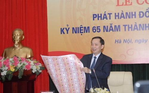 Ông Đào Minh Tú, Phó thống đốc Ngân hàng Nhà nước giới thiệu về loại tiền lưu niệm tại buổi giới thiệu ngày 4/4/2016.<br>