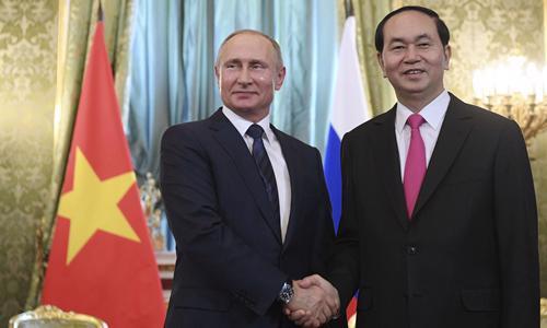 Chủ tịch nước Trần Đại Quang (phải) hội đàm với Tổng thống Nga Putin - Ảnh: Reuters.