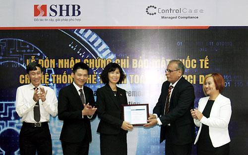 Đại diện SHB nhận chứng chỉ từ đơn vị đánh giá ControlCase.