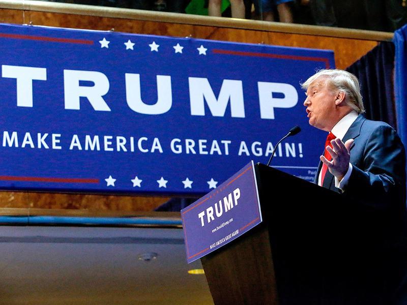 """Luôn biến mình thành trung tâm của cuộc tranh luận, cho dù theo chiều  hướng tốt hay xấu, Trump đã thúc đẩy thông điệp của mình rằng ông có thể  """"make America great again"""" (""""làm cho nước Mỹ tuyệt vời trở lại"""" - Ảnh: People."""