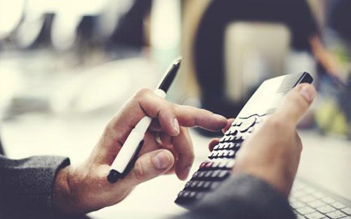 Có tổ chức tín dụng thực hiện tính, thu/trả lãi trên số ngày thực tế  theo lịch (365 ngày hoặc 366 ngày), nhưng khi quy đổi lãi năm thỏa thuận  trên hợp đồng về lãi suất ngày thì tính trên số ngày quy ước là 360  ngày.