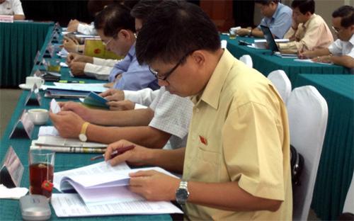 Đại biểu Quốc hội nghiên cứu thêm tài liệu trong 20 phút đầu giờ thảo luận - Ảnh: NK.<br>