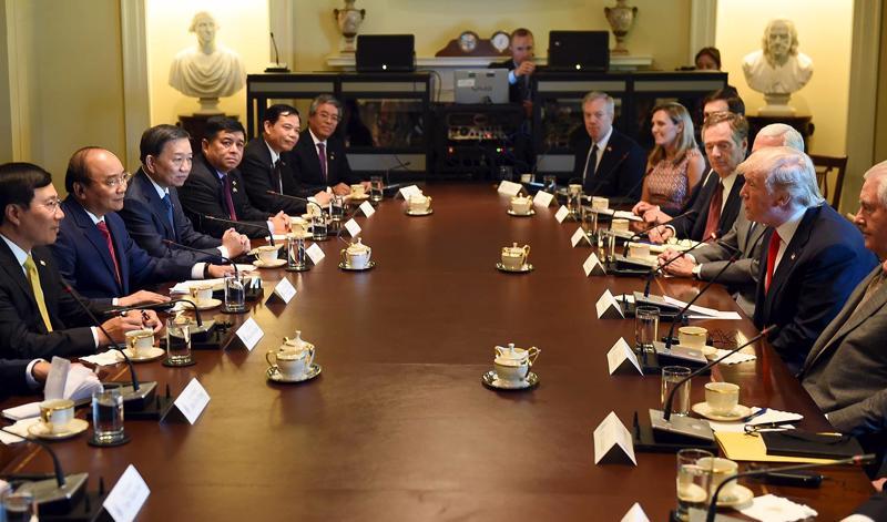 Thủ tướng Nguyễn Xuân Phúc và Tổng thống Mỹ Donald Trump trong cuộc hội đàm - Ảnh: VGP.<br>