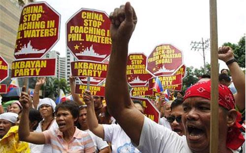 Người biểu tình Philippines phản đối các động thái gây hấn của Trung Quốc trên biển Đông.<br>