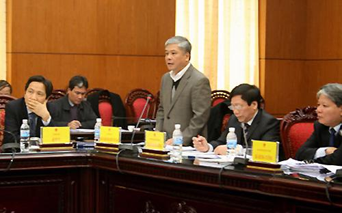 """<span style=""""FONT-FAMILY: Tahoma; FONT-SIZE: 10pt"""">Phó thống đốc Đặng Thanh Bình (người đứng) tại một phiên giải trình của Chính phủ về việc ban hành các văn bản hướng dẫn thi hành luật, pháp lệnh, diễn ra ngày 24/12/2012.<br></span>"""