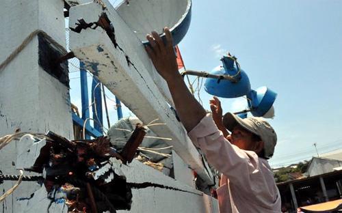Tàu ngư dân Việt Nam bị tàu Trung Quốc đâm nứt toác - Ảnh: Tuổi Trẻ.<br>