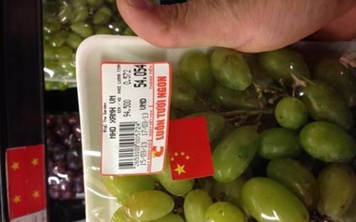 """Big C nói việc dán nhầm cờ Trung Quốc lên """"nho Việt Nam"""" là do """"sơ suất của nhân viên trong lúc đóng gói""""."""