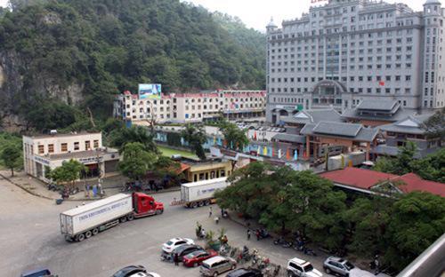 Một cửa khẩu giữa Việt Nam và Trung Quốc.<br>
