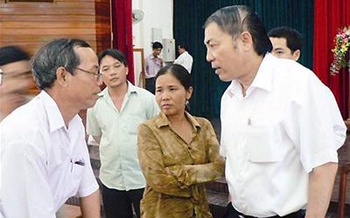 """Bí thư Nguyễn Bá Thanh (phải) tại buổi đối thoại trực tiếp với hơn một trăm ông chồng """"vũ phu"""" tại Đà Nẵng, tháng 8/2009 - Ảnh: Nguyễn Huy."""
