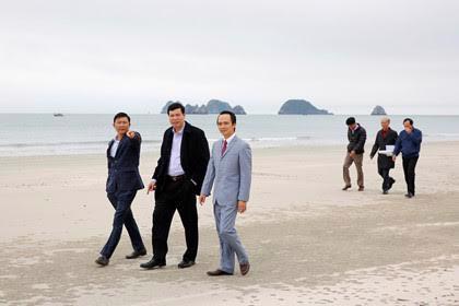 Ban lãnh đạo FLC, FLC Faros và ông Nguyễn Đức Long, Chủ tịch UBND tỉnh Quảng Ninh (giữa) trong chuyến khảo sát đầu tư tại đảo Ngọc Vừng.