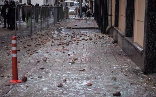 Trứng và đá được ném như mưa vào tòa nhà Đại sứ quán Thổ Nhĩ Kỳ giữa lúc các nhân viên đại sứ quán và nhà ngoại giao đang làm việc bên trong.<br>