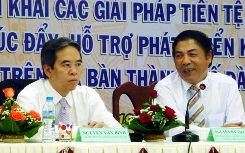 Trưởng ban Nội chính Trung ương Nguyễn Bá Thanh (bên phải) và Thống đốc Ngân hàng Nhà nước Nguyễn Văn Bình tại hội nghị triển khai các giải pháp tiền tệ ngân hàng tại Đà Nẵng, sáng 20/3 - Ảnh: Infonet.<br>
