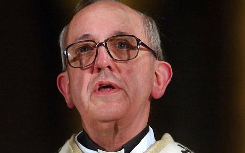 Lối sống khiêm nhường của Hồng y Bergoglio phản ánh trong cách ông chọn tên hiệu Francis khi được trao cương vị Giáo hoàng.<cite></cite>