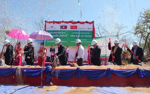 Lễ động thổ xây dựng sân bay quốc tế Attapeu tại Lào, ngày 11/2/2012. Công trình cũng do Hoàng Anh Gia Lai bỏ vốn đầu tư.