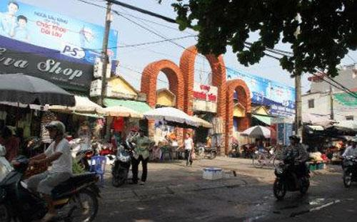 Các tiểu thương cho rằng chợ Nghĩa Tân được xây dựng theo hình thức huy  động vốn, và khi xây dựng chợ, họ đã đóng góp 2,3 tỷ đồng nên việc xây  mới chợ phải được sự đồng ý của họ.