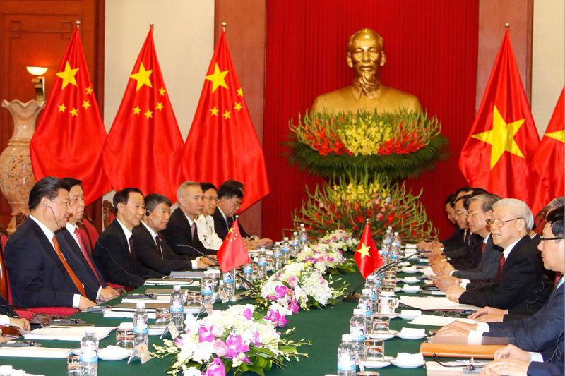 Quang cảnh cuộc hội đàm giữa Tổng bí thư Nguyễn Phú Trọng và Tổng bí thư, Chủ tịch Trung Quốc Tập Cận Bình - Ảnh: AP.<br>