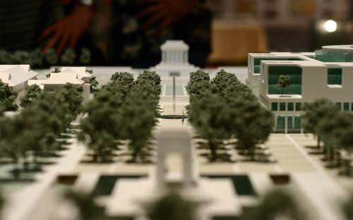 Thủ tướng giao UBND thành phố Hà Nội phối hợp với các bộ ngành liên  quan tổ chức công bố quy hoạch, xây dựng các phương án di dời khu dân  cư, giải phóng mặt bằng, tái định cư để triển khai thực hiện quy hoạch  này.