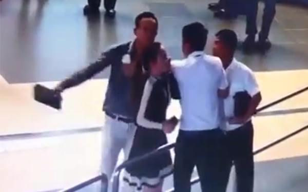 Hình ảnh vụ hành hung chiều 18/10 tại sân bay Nội Bài, được cắt từ clip.<br>