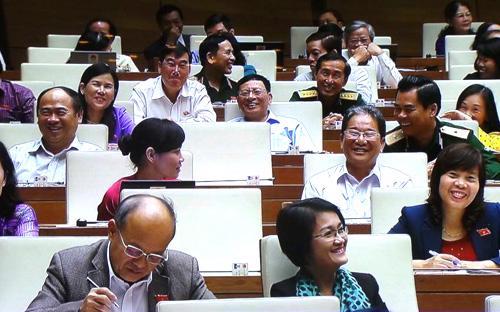 """Trong khi các đại biểu còn đang cười, thì Chủ tịch Quốc hội nhận xét: """"Bộ trưởng cho Quốc hội đi du lịch rất nhiều""""."""