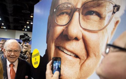 Ông Warren Buffett, Chủ tịch Tập đoàn Berkshire Hathaway, tại đại hội cổ đông năm nay của Tập đoàn.<br>