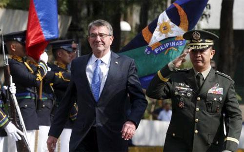 Bộ trưởng Bộ Quốc phòng Mỹ Ash Carter (trái) dự lễ kết thúc cuộc tập trận chung Balikatan giữa Mỹ và Philippines tại Manila ngày 15/4 - Ảnh: Reuters.<br>