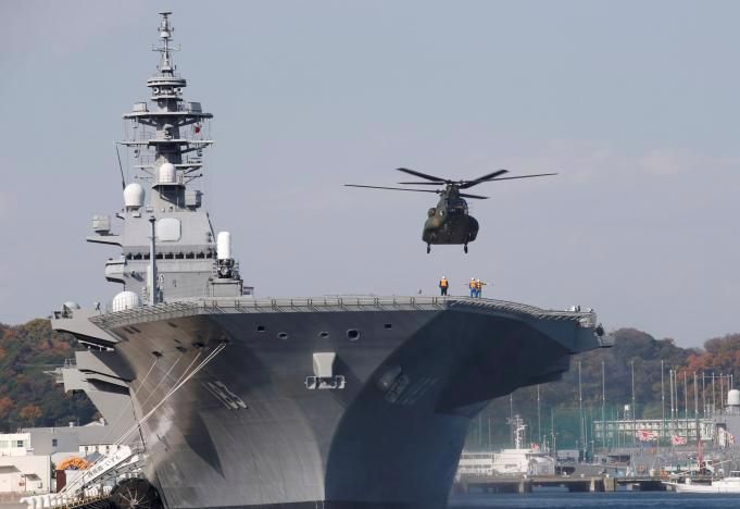 Một máy bay trực thăng chuẩn bị đáp xuống mẫu hạm Izumo đang neo đậu tại căn cứ Yokosuka, ngày 6/12/2016 - Ảnh: Reuters.<br>
