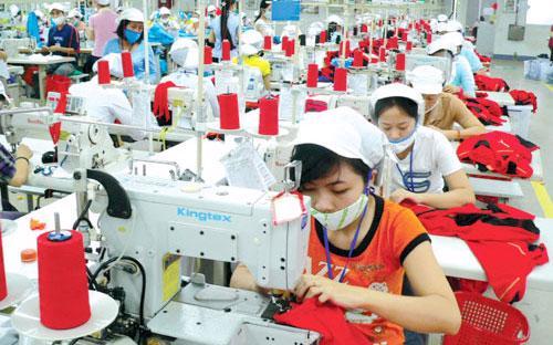 Công nhân làm việc trong một nhà máy dệt may ở Việt Nam.<br>