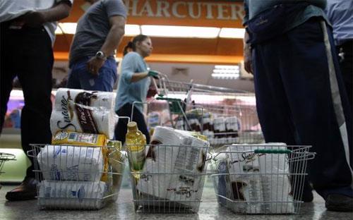 """Người dân Venezuela """"vét sạch"""" giấy vệ sinh trong siêu thị mỗi khi có hàng bán.<br>"""
