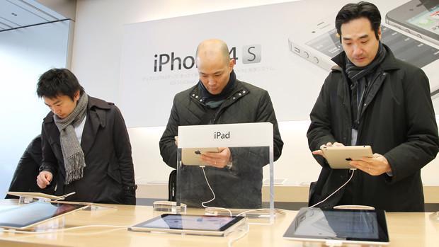 Máy tính bảng, điện thoại thông minh với khả năng truy cập Internet mọi lúc mọi nơi, đã khiến người tiêu dùng quay lưng với các sản phẩm máy tính cá nhân truyền thống - Ảnh: Bloomberg.<br>