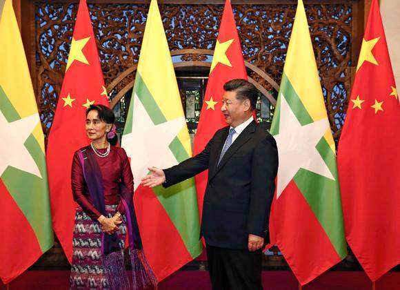 Chủ tịch Trung Quốc Tập Cận Bình (phải) và bà Aung San Suu Kyi, quốc vụ khanh Myanmar trong chuyến thăm Bắc Kinh của bà Suu Kyi, ngày 19/8 - Ảnh: AP/Nikkei Asian Review.<br>