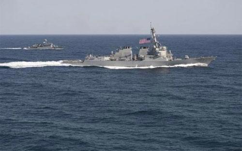 Tàu USS Lassen của Mỹ (phải) trong một cuộc tập trận ngoài khơi bán đảo Triều Tiên tháng 3/2015 - Ảnh: Reuters.<br>