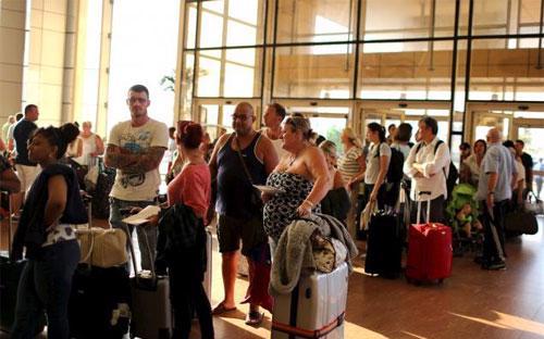 Du khách Anh xếp hàng để rời khỏi sân bay ở khu nghỉ dưỡng Sharm al-Sheikh, Ai Cập ngày 6/11 - Ảnh: Reuters.