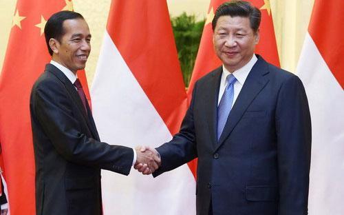 Tổng thống Indonesia Joko Widodo (trái) và Chủ tịch Trung Quốc Tập Cận Bình - Ảnh: Tân Hoa Xã.<br>