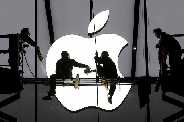 Một cửa hiệu bán lẻ chuẩn bị khai trương của Apple ở Hàng Châu, Trung Quốc hồi tháng 1/2015 - Ảnh: Reuters.<br>