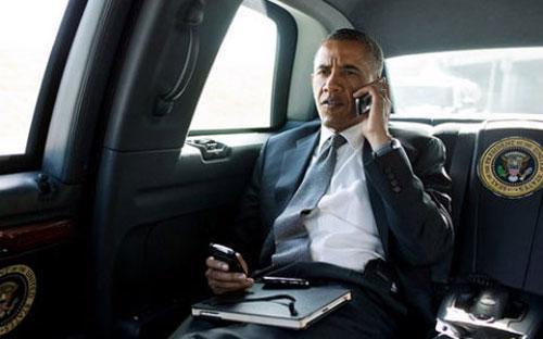 Không ít lần giới truyền thông bắt gặp Tổng thống Mỹ đang bận rộn với chiếc điện thoại BlackBerry cũ kỹ của ông - Ảnh: News.<br>