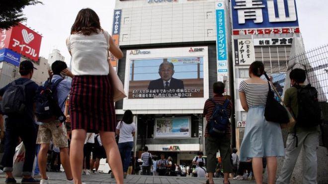 Người dân Nhật theo dõi bài phát biểu của Nhật hoàng Akihito trên truyền hình ngày 8/8 - Ảnh: Reuters/BBC.<br>