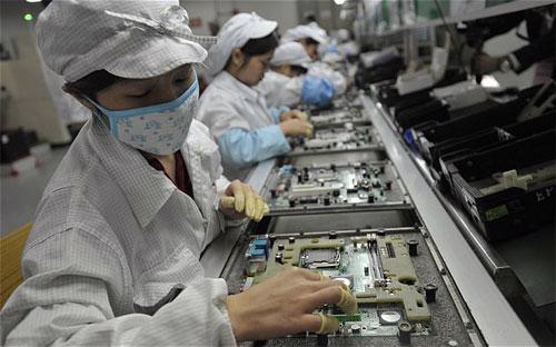 Công nhân làm việc trong nhà máy Foxconn ở Thâm Quyến - Ảnh: AFP.<br>