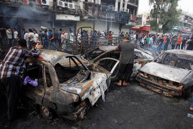 Hiện trường vụ đánh bom tự sát ở Baghdad, Iraq hôm 3/7 - Ảnh: Reuters.<br>